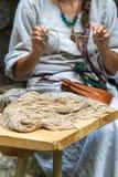 Γυναίκα που κάνει τη ραπτική της στο σπίτι Στοκ εικόνες με δικαίωμα ελεύθερης χρήσης