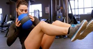 Γυναίκα που κάνει τη ρωσική άσκηση συστροφής στο στούντιο 4k ικανότητας φιλμ μικρού μήκους