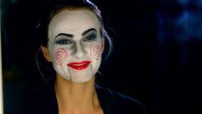 Γυναίκα που κάνει τη σύνθεση ύφους φρίκης απόθεμα βίντεο