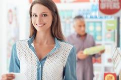 Γυναίκα που κάνει τις αγορές παντοπωλείων Στοκ Εικόνες