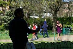 Γυναίκα που κάνει τις αγορές στην οδό του Μπράιτον UK στοκ εικόνες με δικαίωμα ελεύθερης χρήσης
