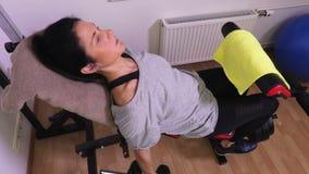 Γυναίκα που κάνει τις ασκήσεις ικανότητας για τη τοπ άποψη δικέφαλων μυών κοντά επάνω απόθεμα βίντεο