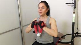 Γυναίκα που κάνει τις ασκήσεις ικανότητας για τους θωρακικούς μυς απόθεμα βίντεο