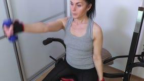 Γυναίκα που κάνει τις ασκήσεις ικανότητας με τους μικρούς αλτήρες για τους ώμους απόθεμα βίντεο