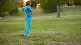 Γυναίκα που κάνει τις ασκήσεις στο πάρκο απόθεμα βίντεο
