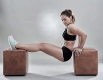 Γυναίκα που κάνει τις εμβυθίσεις για τα triceps Στοκ Εικόνες