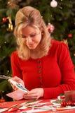 Γυναίκα που κάνει τις κάρτες Χριστουγέννων Στοκ εικόνα με δικαίωμα ελεύθερης χρήσης