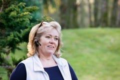 Γυναίκα που κάνει τις κλήσεις έξω Στοκ Εικόνες