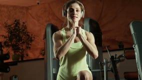 Γυναίκα που κάνει τις στάσεις οκλαδόν και τα άλματα απόθεμα βίντεο