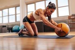 Γυναίκα που κάνει τον έντονο πυρήνα workout στη γυμναστική στοκ εικόνες
