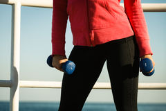Γυναίκα που κάνει τον αθλητισμό υπαίθρια με τους αλτήρες Στοκ Εικόνα