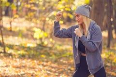 Γυναίκα που κάνει τον εγκιβωτισμό λακτίσματος για το ζέσταμα ή την κατοχή μιας κατάρτισης δύναμης Στοκ εικόνες με δικαίωμα ελεύθερης χρήσης