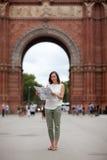 Γυναίκα που κάνει τον τουρισμό στη Βαρκελώνη Στοκ εικόνες με δικαίωμα ελεύθερης χρήσης