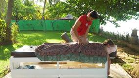 Γυναίκα που κάνει το μασάζ στο κορίτσι στην Ασία Μπαλί, Ινδονησία Στοκ φωτογραφία με δικαίωμα ελεύθερης χρήσης