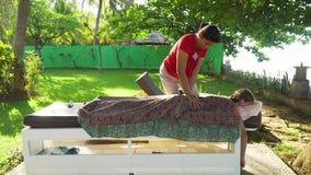 Γυναίκα που κάνει το μασάζ στο κορίτσι στην Ασία Μπαλί, Ινδονησία απόθεμα βίντεο
