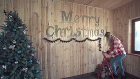 Γυναίκα που κάνει το ντεκόρ για τα Χριστούγεννα απόθεμα βίντεο