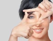 Γυναίκα που κάνει το πλαίσιο με τα δάχτυλα Στοκ Εικόνες