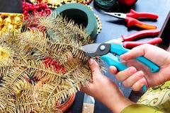 Γυναίκα που κάνει το στεφάνι Χριστουγέννων στοκ φωτογραφία με δικαίωμα ελεύθερης χρήσης