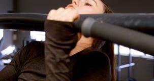 Γυναίκα που κάνει το τράβηγμα-UPS σε ένα στούντιο 4k ικανότητας απόθεμα βίντεο