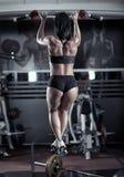 Γυναίκα που κάνει το τράβηγμα-UPS στη γυμναστική Στοκ Εικόνα