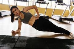 Γυναίκα που κάνει το ώθηση-UPS σε μια γυμναστική στοκ εικόνες με δικαίωμα ελεύθερης χρήσης