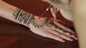 Γυναίκα που κάνει henna τη δερματοστιξία σε διαθεσιμότητα, κινηματογράφηση σε πρώτο πλάνο απόθεμα βίντεο