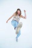 Γυναίκα που κάνει karate το λάκτισμα Στοκ Φωτογραφία
