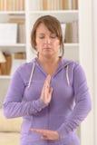 Γυναίκα που κάνει qi gong tai chi την άσκηση Στοκ εικόνα με δικαίωμα ελεύθερης χρήσης