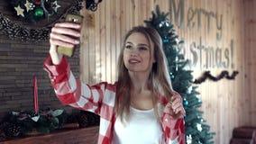 Γυναίκα που κάνει selfie ενάντια στο ντεκόρ Χριστουγέννων φιλμ μικρού μήκους