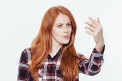 Γυναίκα που κάνει selfie τη φωτογραφία στο smartphone Στοκ φωτογραφία με δικαίωμα ελεύθερης χρήσης