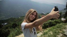 Γυναίκα που κάνει selfie απόθεμα βίντεο