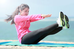 Γυναίκα που κάνει workout στην παραλία στοκ εικόνα