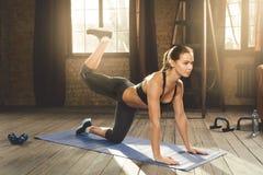 Γυναίκα που κάνει workout στο σπίτι στοκ εικόνες