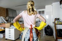 Γυναίκα που καθαρίζει το σπίτι μόνο Στοκ Εικόνες