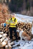 Γυναίκα που και που στρατοπεδεύει στα χειμερινά ξύλα Στοκ εικόνα με δικαίωμα ελεύθερης χρήσης