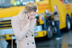 Γυναίκα που καλεί την ασφάλεια κοντά στο φορτηγό ρυμούλκησης Στοκ Εικόνες