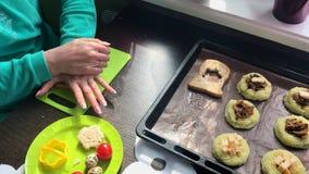 Γυναίκα που κατασκευάζει τα σάντουιτς Χρησιμοποιώντας μια πλαστική φόρμα, ωθεί μια τρύπα σε ένα κομμάτι του ψωμιού για να την γεμ απόθεμα βίντεο