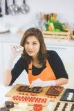 Γυναίκα που κατασκευάζει τη σοκολάτα στοκ εικόνες