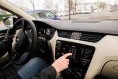 Γυναίκα που καλεί από το ταμπλό αυτοκινήτων της Apple παιχνιδιού αυτοκινήτων Στοκ φωτογραφίες με δικαίωμα ελεύθερης χρήσης