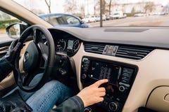 Γυναίκα που καλεί από το ταμπλό αυτοκινήτων της Apple παιχνιδιού αυτοκινήτων Στοκ εικόνες με δικαίωμα ελεύθερης χρήσης