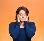 Γυναίκα, που καλύπτει τα αυτιά Μην ακούστε καμία κακή έννοια Στοκ Φωτογραφία