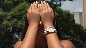 Γυναίκα που καλύπτει τα μάτια της φιλμ μικρού μήκους