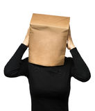 Γυναίκα που καλύπτει το κεφάλι του που χρησιμοποιεί μια τσάντα εγγράφου ανησυχίες γυναικών στοκ εικόνες