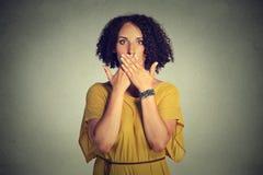 Γυναίκα που καλύπτει το κλειστό στόμα με τα χέρια το κακό έννοιας κανένα μιλά Στοκ εικόνες με δικαίωμα ελεύθερης χρήσης