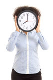 Γυναίκα που καλύπτει το πρόσωπο με το ρολόι γραφείων που απομονώνεται στο λευκό Στοκ φωτογραφία με δικαίωμα ελεύθερης χρήσης