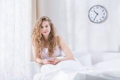 Γυναίκα που καλύπτεται από το άσπρο duvet στοκ εικόνες με δικαίωμα ελεύθερης χρήσης