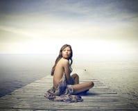 Γυναίκα που καλύπτεται με ένα φόρεμα Στοκ φωτογραφία με δικαίωμα ελεύθερης χρήσης