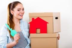 Γυναίκα που κινείται μέσα με τα κιβώτια και το κλειδί σπιτιών εγγράφου στοκ εικόνες