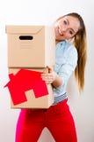 Γυναίκα που κινείται στο σπίτι με τα κιβώτια και το σπίτι εγγράφου στοκ φωτογραφίες
