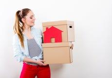 Γυναίκα που κινείται στο σπίτι με τα κιβώτια και το σπίτι εγγράφου στοκ εικόνες με δικαίωμα ελεύθερης χρήσης